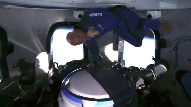 Jeff Bezos Sukses Terbang Ke Luar Angkasa & Ciptakan Rekor